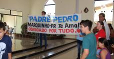 Goście z poprzedniej parafii ks. Piotra Pochopienia z transparentem
